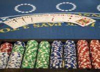 Ett blackjackbord med kort och marker.